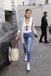 top,jeans,sneakers,gigi hadid,purse,model off-duty,streetstyle,sunglasses,cardigan