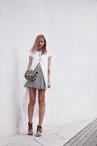 bekleidet blogger date outfit skater skirt flat sandals slit top white top summer outfits