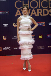 dress,white,white dress,pumps,hailee steinfeld,feathers,feather dress,midi dress,prom,prom dress,long prom dress,white prom dress,bodycon,bodycon dress,red carpet,red carpet dress,celebrity,celebrity style,celebstyle for less,classy,elegant dress,cocktail dress,party dress,date outfit,graduation dress,wedding clothes,wedding guest,formal,formal dress,formal event outfit