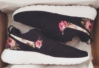shoes black flowers white black and white nike nike shoes nike running shoes