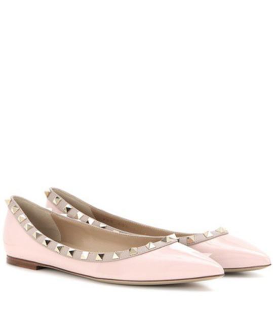 Valentino Garavani Rockstud patent leather ballerinas in pink