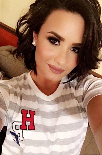 t-shirt demi lovato earrings make-up instagram summer outfits