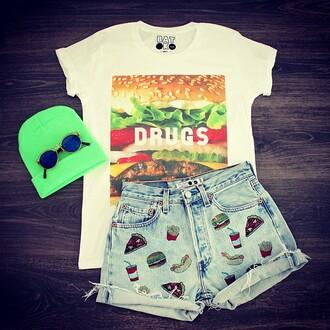 t-shirt batoko shorts denim shorts junk food hipster hipsterista fashion fashionista high waisted shorts sunglasses beanie www.batoko.com