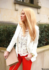 blouse,haut dentelle blanc,white tank top,lace top,lace,white jacket,blonde hair,red,red pants,watch,snake print,nude bag,clutch,all white tims