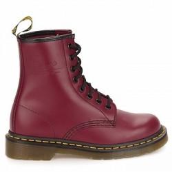 CHAUSSURES DOC MARTENS 1460 BORDEAUX Chaussures Dr. Martens pour homme, en cuir, à bout rond, à lacets (8 œillets), montées sur une semelle en gomme texturée, véritable cousu Goodyear.Les mythiques Dr. Martens débarquent en force ! L'attitude entière de la marque légendaire s'exprime à travers cette nouvelle version d'un modèle emblématique, habillée d'un cuir lisse rouge brique bien rebelle. On reconnaît immédiatement l'empreinte de la marque : une épaisse semelle de caoutchouc cerclée des fameuses surpiqûres jaunes... Un classique inimitable. London Calling ! La semelle intérieure est amovible.  HOMMES Accueil  DOC MARTENS DOC MARTENS Londonstyl.fr  lonsdale polo fred perry chaussures fred pery polo femme fred perry polo fred perry slimfit tshirt lonsdale harrington combat t-shirt lonsdale sweat everlast polo lonsdale 9