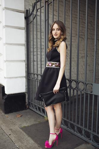 at fashion forte blogger belted dress little black dress black pouch pink heels