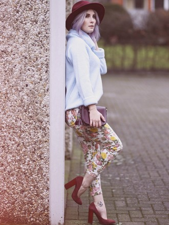 like a riot blogger hat printed pants light blue red heels