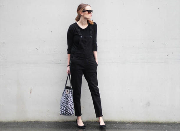sara strand blogger overalls black tote bag shoes bag jewels sunglasses