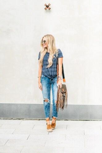 t-shirt tie-front top denim distressed denim skinny jeans platform sandals blogger blogger style striped t-shirt crossbody bag louis vuitton fringed bag