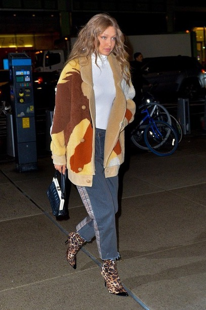 top model off-duty fall outfits fall colors victoria's secret victoria's secret model gigi hadid turtleneck
