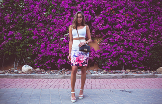 kenza blogger floral skirt pencil skirt wedge sandals white crop tops summer outfits