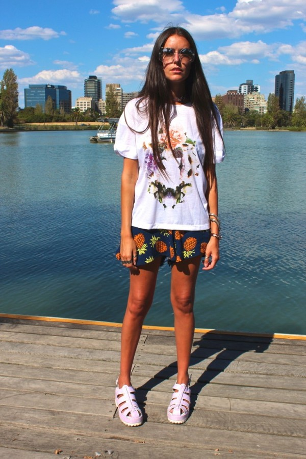 how to live t-shirt shorts shoes sunglasses