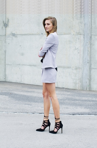 katiquette blogger shorts jacket shoes classy office outfits black heels
