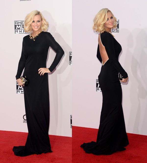 Черное платье с длинными рукавами и открытой спиной