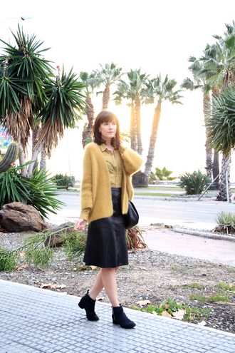 che cosa blogger shirt cardigan leather skirt mustard