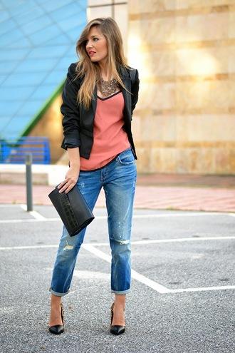 mi aventura con la moda blogger top jewels coral blazer ripped jeans pouch