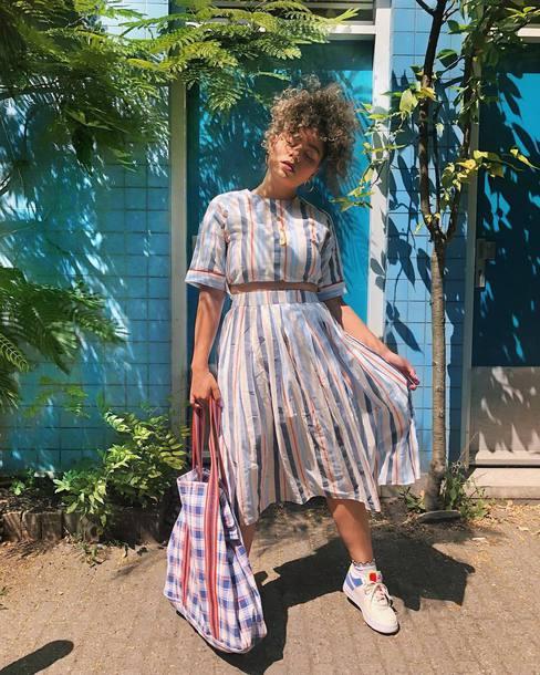 skirt stripes midi skirt sneakers bag striped top