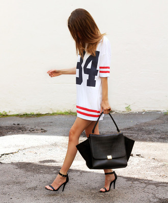 dress boyfriendlook beautiful white shoes jersey dress black bag t-shirt basket shirt football bag