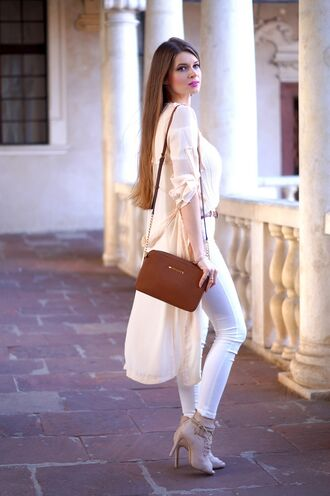 only my fashion style blogger high low beige top white jeans brown bag shoulder bag nude heels