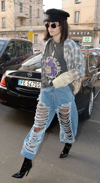 jeans ripped jeans boyfriend jeans kendall jenner model off-duty kardashians shirt top t-shirt milan fashion week 2017 fashion week 2017 streetstyle