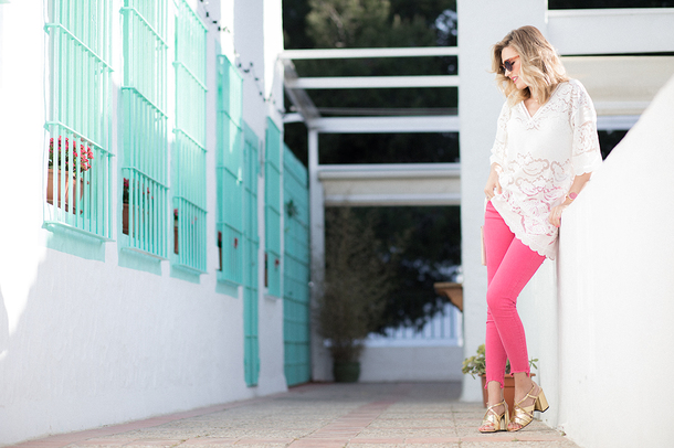 mi aventura con la moda blogger blouse jeans shoes jewels bag sunglasses pink pants sandals white blouse