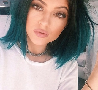 make-up mac cosmetics kylie jenner fashion beautiful lipstick mascara foundation contour eye shadow hair accessory lips lip liner matte kardashians kylie jenner nude lipstick and liner hair hairstyles green jewels necklace