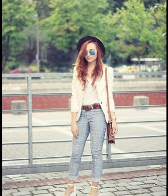 sunglasses jeans white hat black hat pilot glasses mirrored sunglasses white blazer white t-shirt blazer leather belt cartable leather bag aztec high heels white shoes
