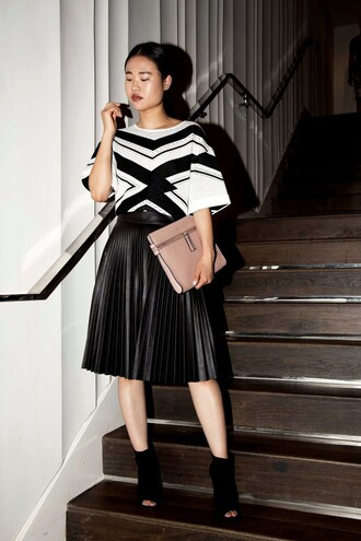 la vagabond dame blogger optical pleated skirt black skirt peep toe boots fall outfits leather clutch