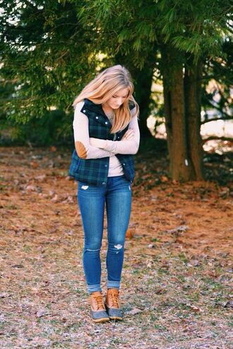 jacket tartan lumberjack women outfit idea fall outfits laced boots ripped jeans blue green brown beige white
