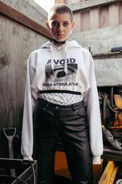 top,tumblr,tumblr outfit,tumblr girl,sweatshirt,hoodie,white hoodie,pants,black leather pants,leather pants,black pants,black choker,choker necklace,hairstyles
