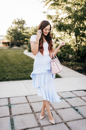 skirt,ruffle midi skirt,pumps,t-shirt,blogger,blogger style,asymmetrical skirt,tote bag