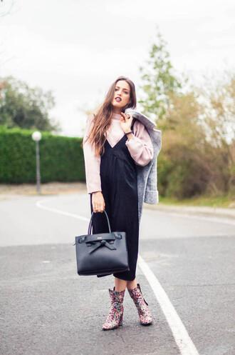 ist by ingrid blogger dress sweater shoes coat bag make-up grey coat handbag printed boots dress over t-shirt