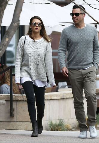 sunglasses sweater jessica alba round sunglasses menswear grey sweater black jeans black boots couple
