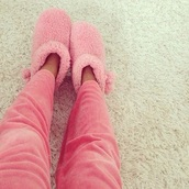 pajamas,shoes,cuddle,cuddly,cuddle weather,fluffy,pink,pink shoes,cute shoes,cute,slippers,slipper boots