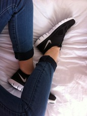 shoes,sneakers,nike,nike shoes,nike sneakers,black,workout,gym,pants,cuffed jeans,jeans,blue jeans,skinny jeans,nike running shoes,nike sportswear,running shoes,trainers,athletic,black and white