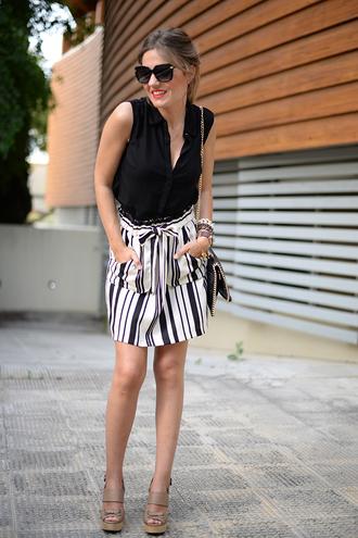 mi aventura con la moda blogger striped skirt black sunglasses black blouse