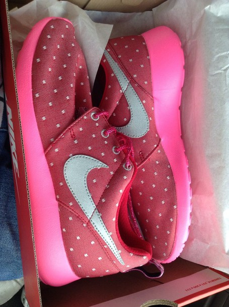shoes roshe runs pink and red