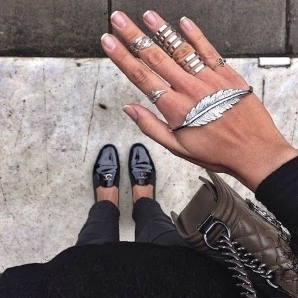 jewels silver ring wings ring knuckle ring jewelry leather purse bag hipster wishlist nail accessories boho jewelry shoes feathers bracelets hand jewelry ring leaves plume amazin black black shoes ring jewerly silver leaf ring leaf bracelet silver jewelry knuckle ring hand chain knuckle ring ring bracelet cool trend