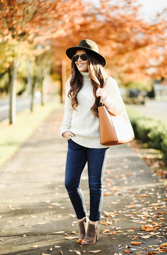 dress corilynn blogger sweater jeans shoes hat bag sunglasses felt hat turtleneck sweater tote bag ankle boots fall outfits white cable knit sweater