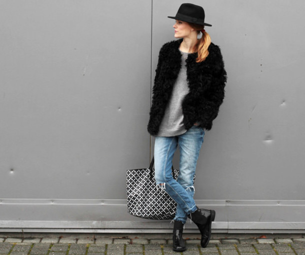 sara strand blogger hat tote bag winter jacket ripped jeans chelsea boots