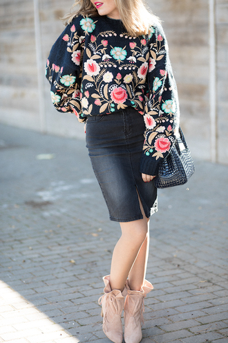 mi aventura con la moda blogger skirt sweater shoes bag embroidered sweater printed sweater pencil skirt denim skirt shoulder bag nude boots fall outfits