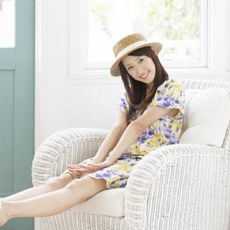 brown hat yellow dress