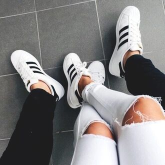 bag vert shoes adidas adidas shoes adidas originals adidas superstars sneakers white black ripped jeans white ripped jeans casual