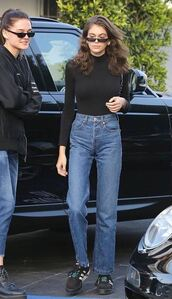 jeans,denim,model off-duty,kaia gerber,sneakers,sunglasses,casual