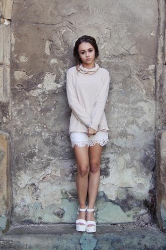 lila janowska blogger white shorts pink sweater