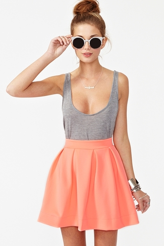 dress rose skirt jewels sunglasses tank top top grey skirt scuba skirt peach skirt pleated skirt mini skirt orange skirt gray tank top low cut shirt low cut tank top pastel corail grey top pink coral pink pleated skirt coral skirt skater skirt shirt circle skirt undershirt tool poofy orange high wasted skirt cute outfits gey t-shirt low cut