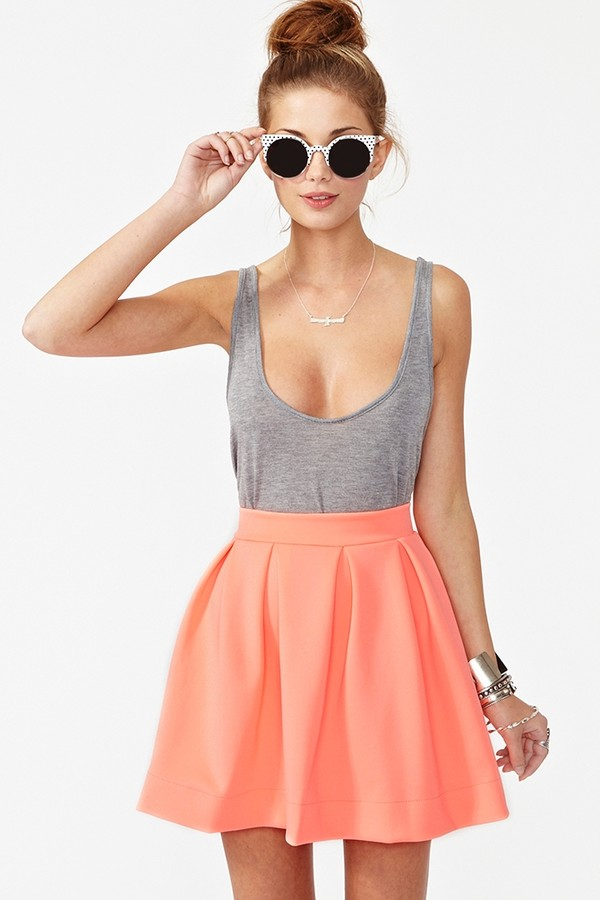 dress rose skirt jewels sunglasses tank top top grey grey skirt scuba skirt peach skirt pleated skirt mini skirt orange skirt gray tank top low cut shirt low cut tank top pastel corail grey top pink coral pink pleated skirt coral skirt grey top skater skirt shirt circle skirt undershirt tool poofy orange high wasted skirt grey top cute outfits gey t-shirt low cut