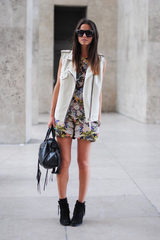shoes floral dress white leather vest blak bag blogger sunglasses black ankle boots