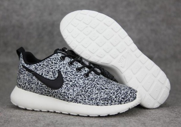 shoes roshe runs black white