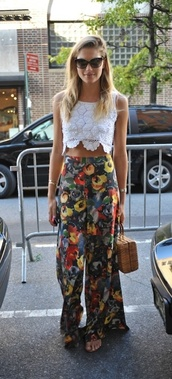 pants,printed pants,flowy,tank top,blouse,apples,boho,indie,floral pants,high waisted pants,flowy pants,floral,blue,yellow,long pant,alice+olivia,rose,love,need ,spring outfits,spring,wide-leg pants,top,white top,crop tops,white crop tops,bag,sunglasses,minka kelly